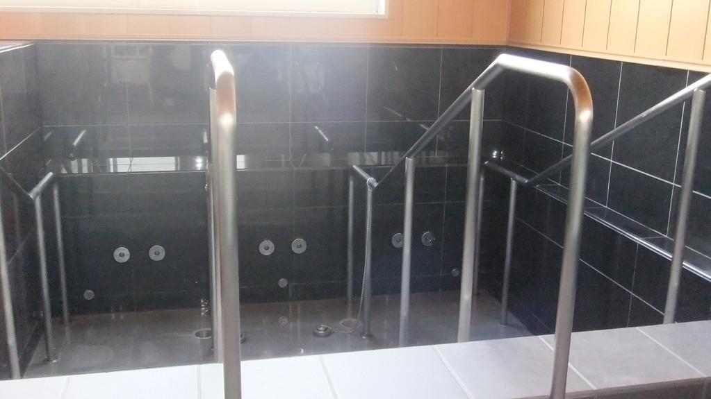 手摺つきで安心な大浴槽はジェットバスです。