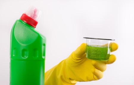 comment déboucher une baignoire avec déboucheur chimique
