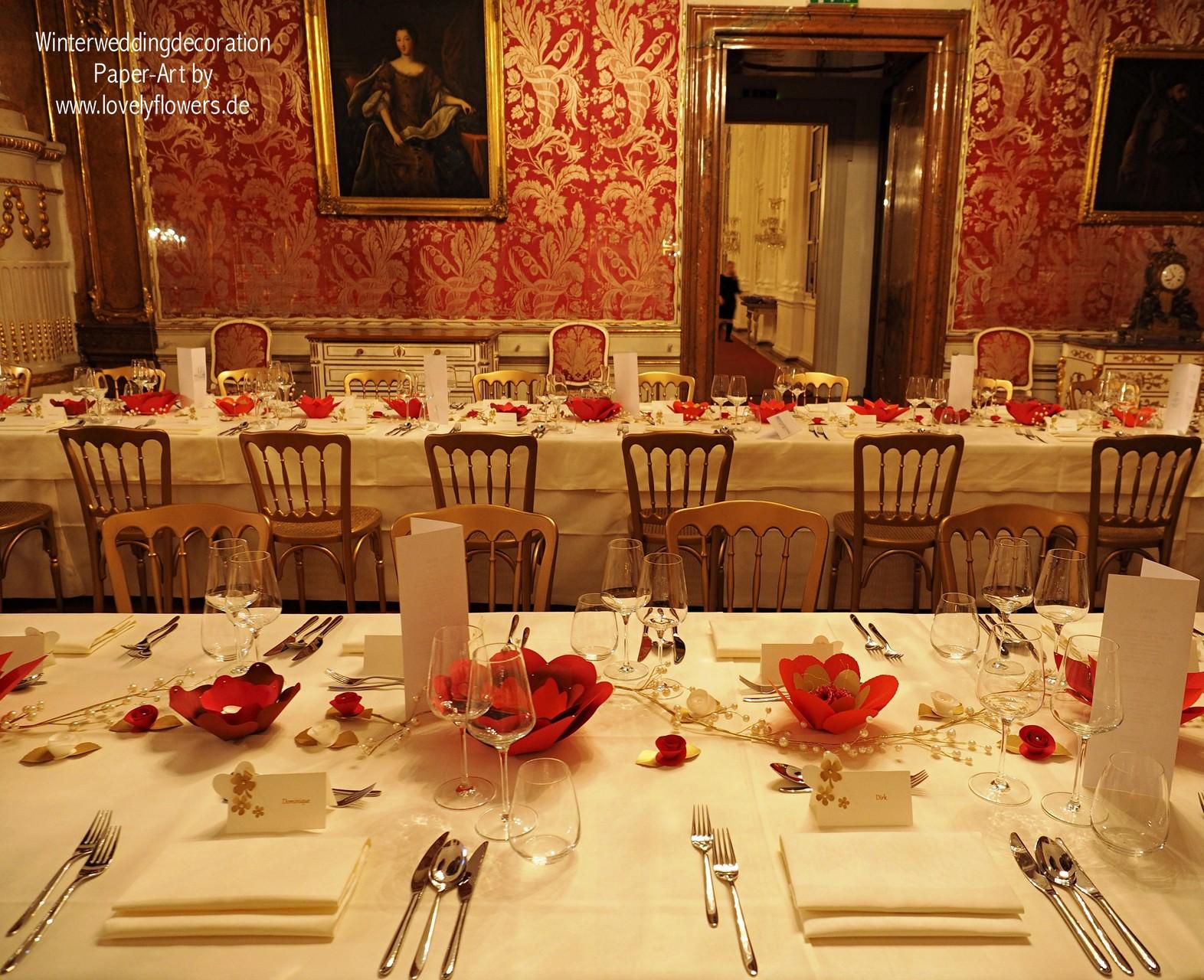 Exklusive Paper-Art Centerpiece Tischdekoraton von www.lovelyflowers.de für eine Winterhochzeit in der Residenz zu Salzburg/Österreich