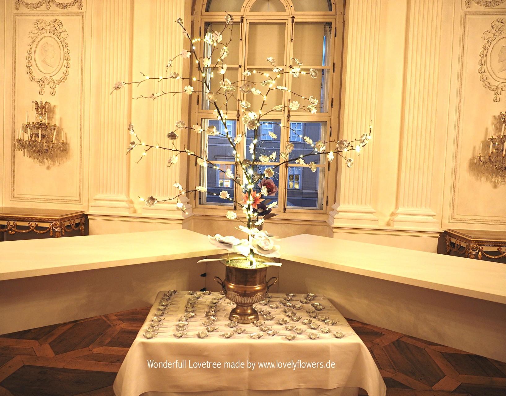 Ein wunderbarer Paper-Art Hochzeitswunschbaum von www.lovelyflowers.de für eine Winterhochzeit in der Residenz zu Salzburg/Österreich