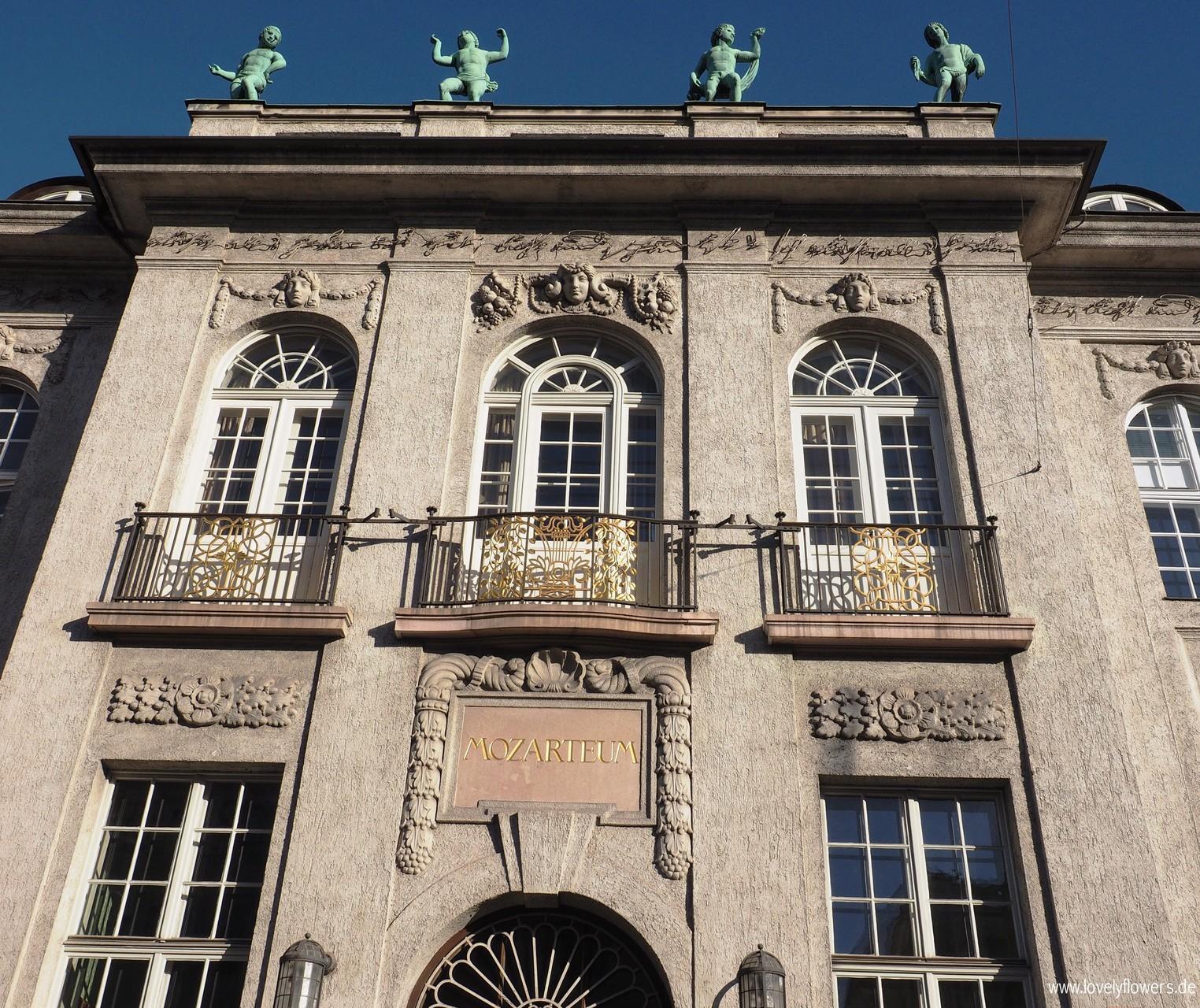 Paper-Art Glasaufsatzblütenarbeiten durch www.lovelyflowers.de für einen außergewöhnlichen Winterhochzeit Champagnerempfang im Mozarteum/Salzburg/Österreich