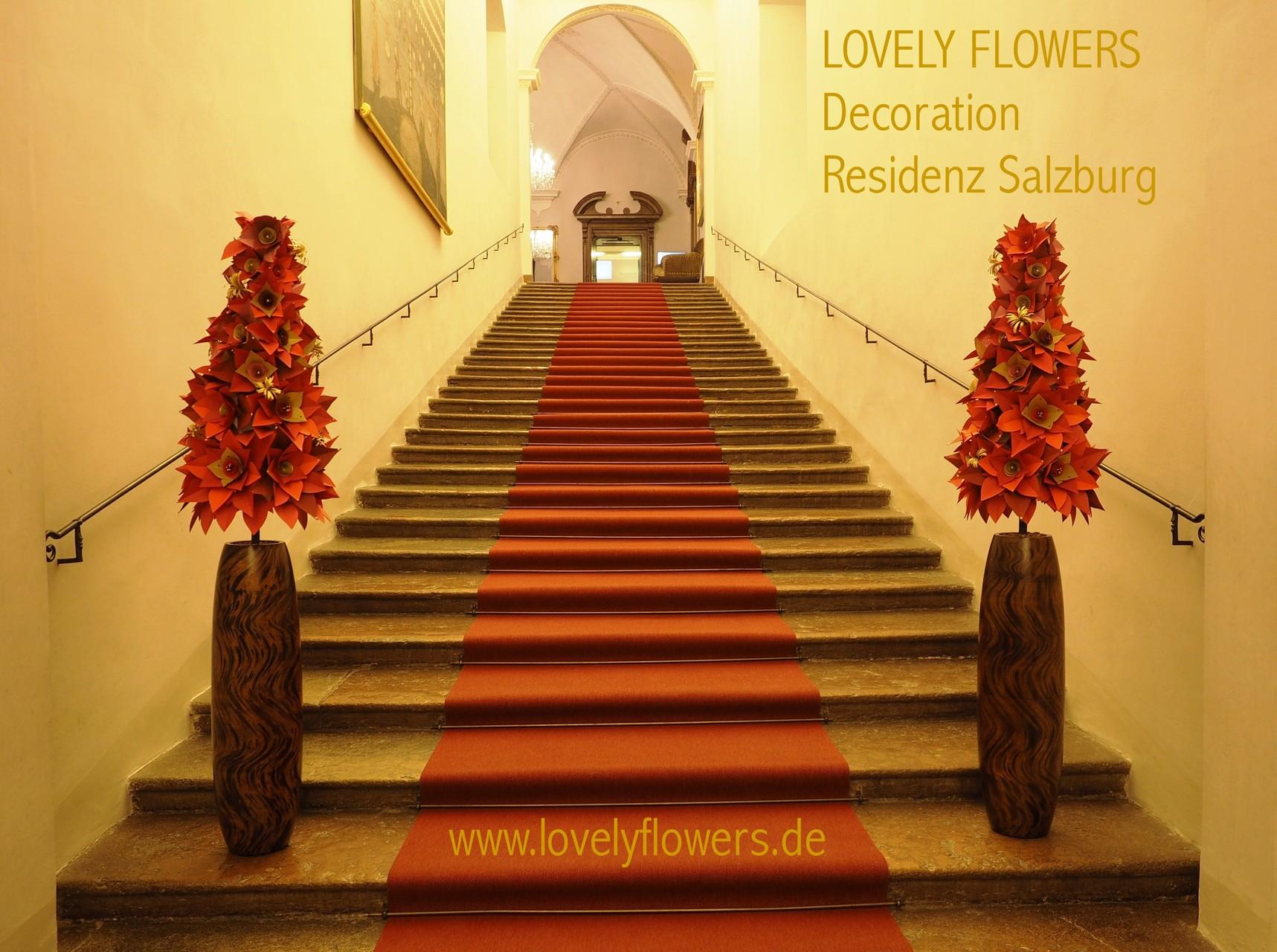 Paper-Art Prunkvasendekoration von www.lovelyflowers.de passend zum roten Teppich der Residenz zu Salzburg/Österreich