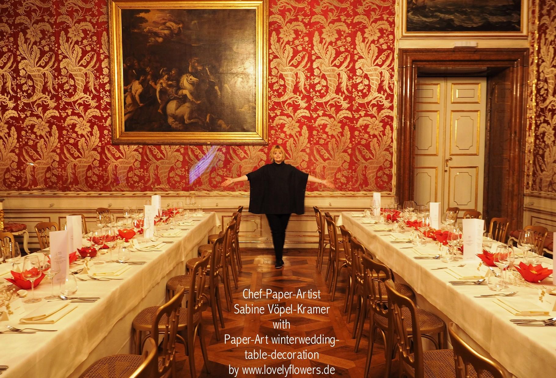Chef Paper-Artist Sabine Vöpel-Kramervon www.lovelyflowers.de bei vor Ort Montage einer exklusiven Paperflower-Art-Tischdekoration in der Residenz zu Salzburg/Österreich