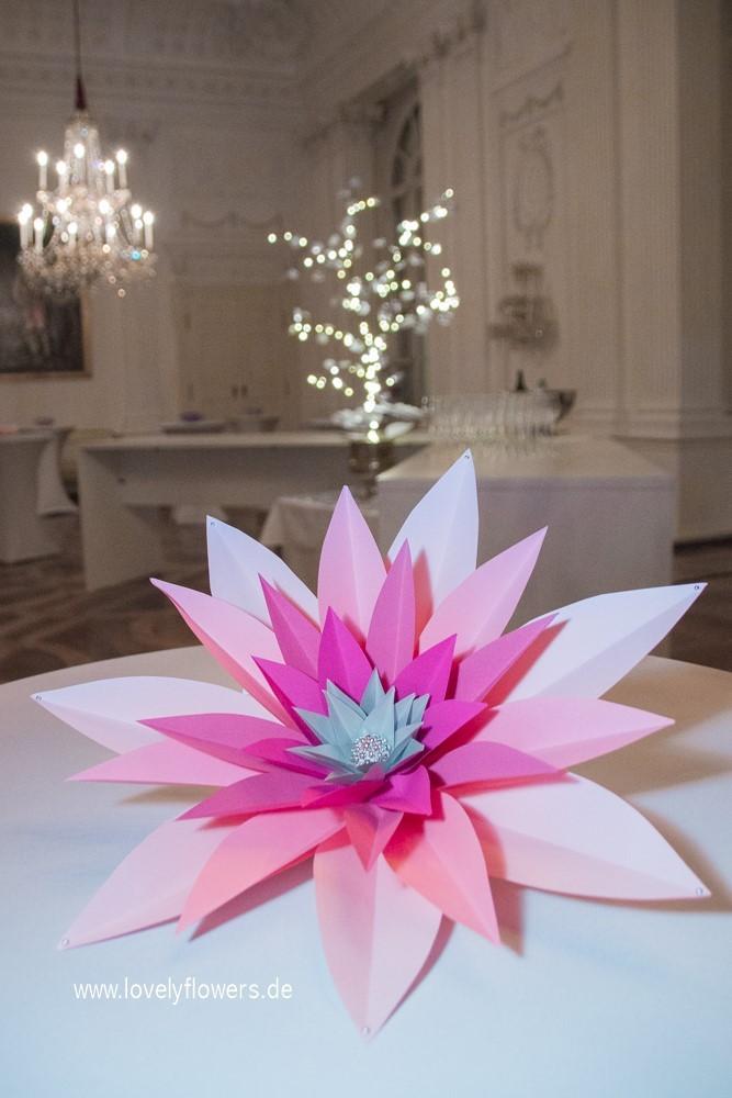 Paper-Art Centerpiece Tischdeko Großblütenvariation von www.lovelyflowers.de zur Winterhochzeit Residenz zu Salzburg.