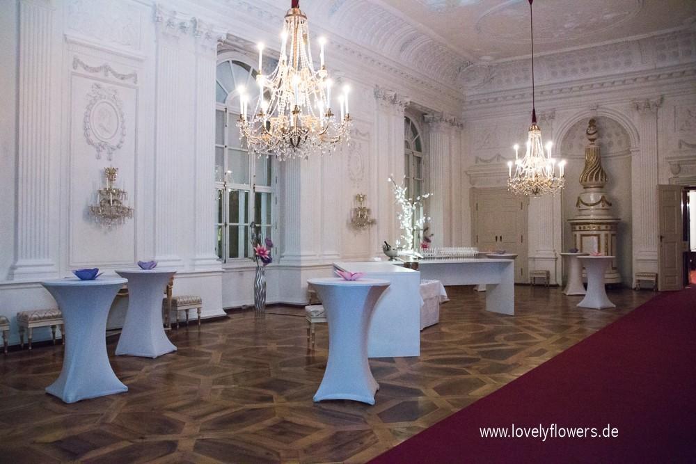 Paper-Art Stehtischblütendekoration von www.lovelyflowers.de Champagnerempfang in der Residenz zu Salzburg.