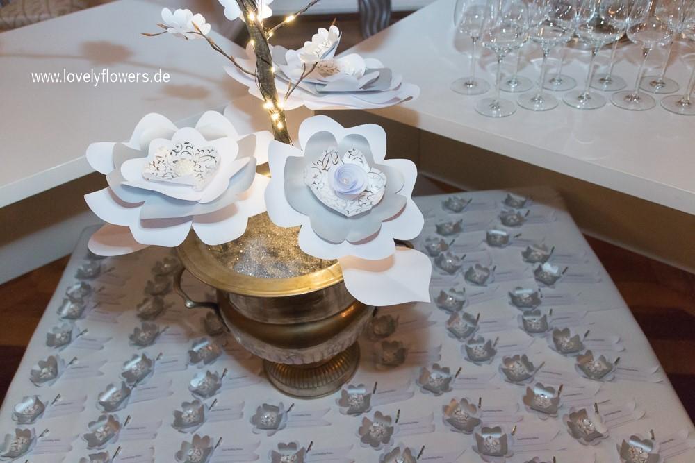 Illuminierter Paper-Art Hochzeitsbaum 'Lovertree' von www.lovelyflowers.de zur Winterhochzeit Residenz zu Salzburg inkl. Wunschkärtchen für die Gäste.
