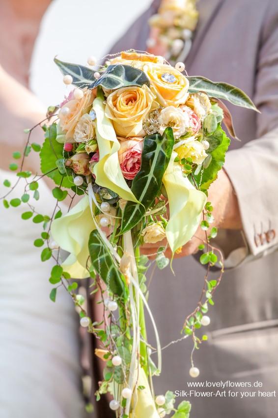 www.lovelyflowers.de - einzigartige Seidenblumen Cascadenbrautsträuße in den Farben des Glücks:-)