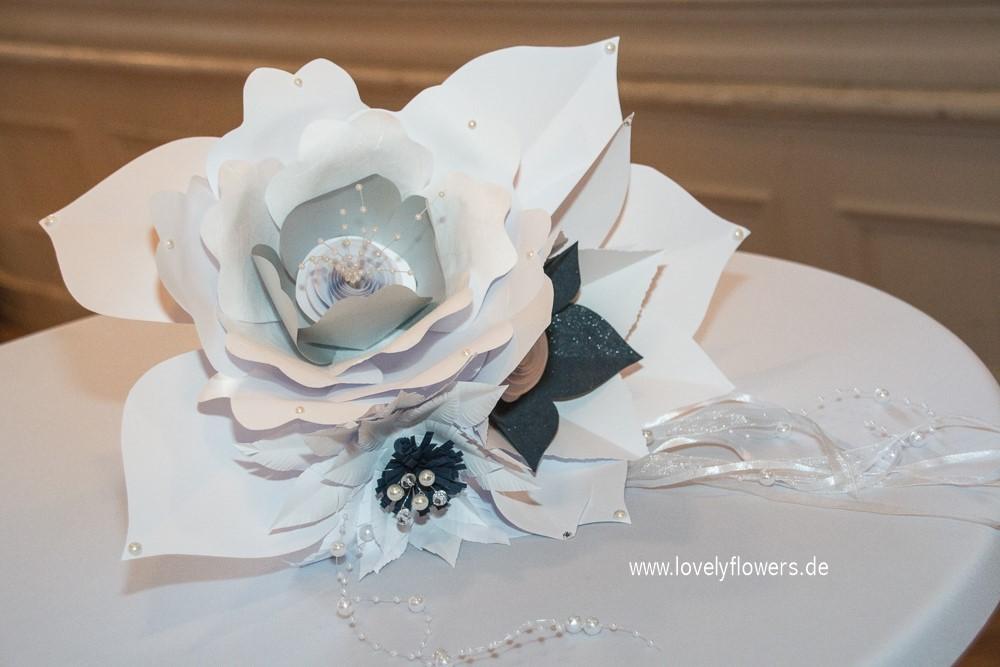 Paper-Art Brautstraußfertigung von www.lovelyflowers.de zur Winterhochzeit D. Raffray Consulting GmbH/Engelberg/Schweiz.
