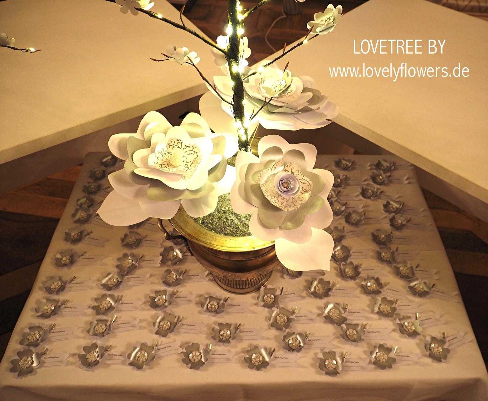 Paper-Art Hochzeitswunschbaumdeko im unteren Teil inkl. passende Blütenfähnchen für gute Hochzeitswünsche von www.lovelyflowers.de