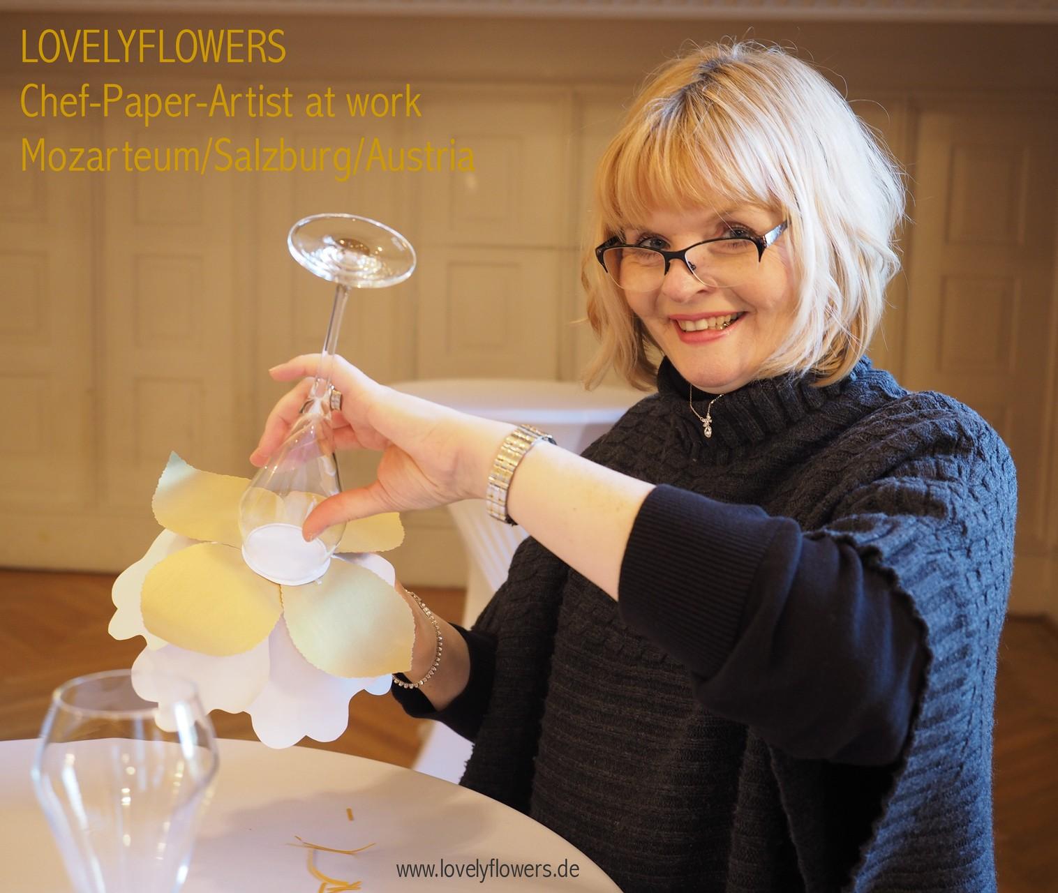 Chef-Paper-Artist Sabine Vöpel-Kramer von www.lovelyflowers.de bei Montagearbeiten zur Paper-Art Champagnerempfangdekoration im Mozarteum/Salzburg/Österreich