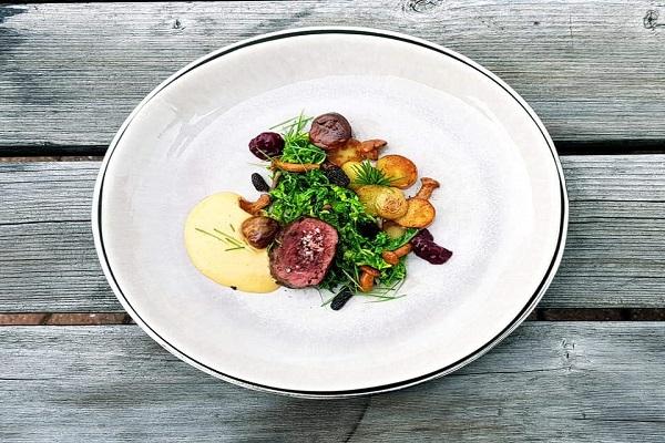 Gamsrücken mit Pilzen, Karamell Maronen Espuma und Babykartoffeln