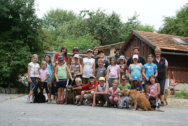 Am 17.08. hatten wir unseren zweiten Ferientag im Tierheim, diesmal mit 24 Kindern. Es waren auch Kinder vom letztem Jahr dabei. Dank der vielen Helfer wurde es wieder ein schöner Nachmittag!. Danke, danke an meine Helfer!!!