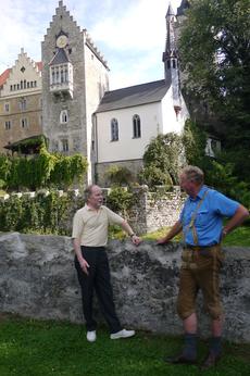 Günter Schreib, Vorsitzender der KG Dggd (l), und Schlossherr Georg Luitpold Hartl vor Schloss Egg. (Foto:Summer)