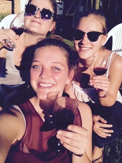 Mit Cloe & Anna und einem 'Feierabend-Glas-Rotwein' die Abendsonne genießen!