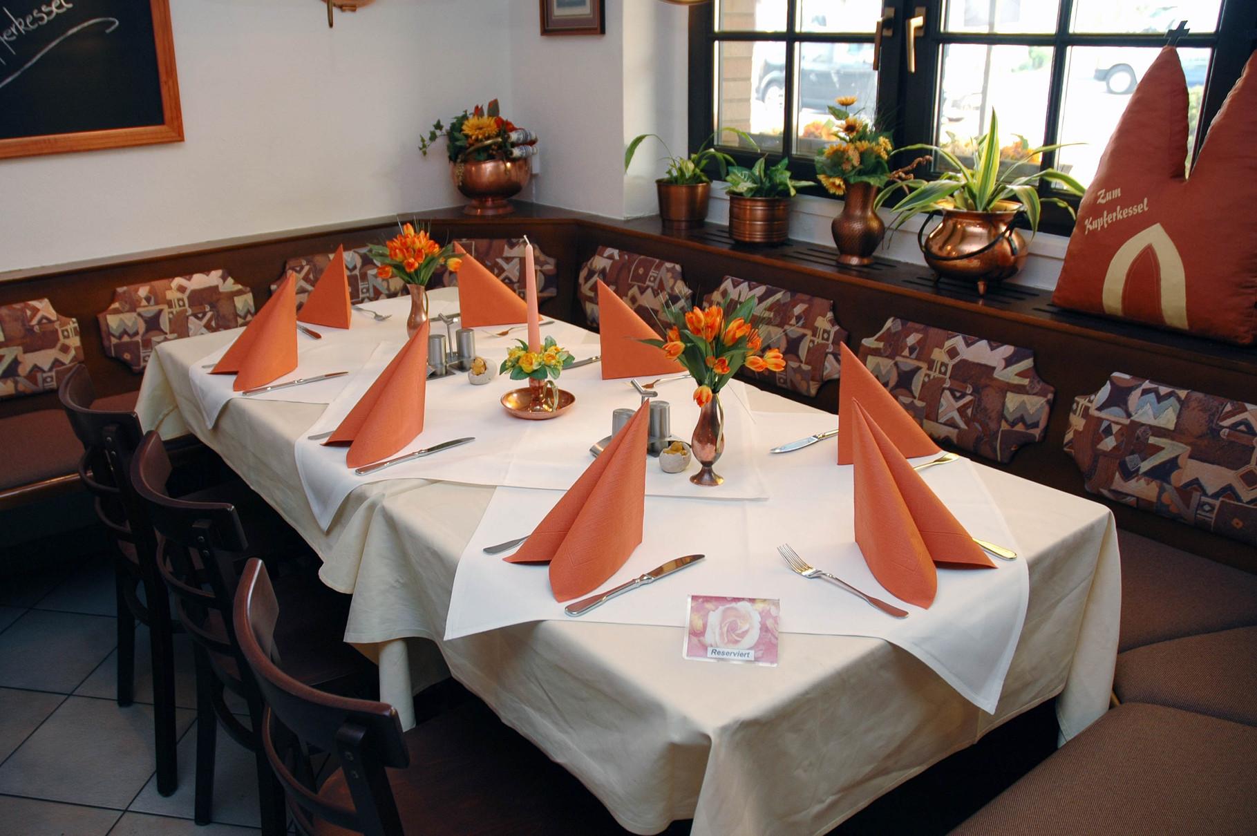 Einladend eingedeckter Tisch