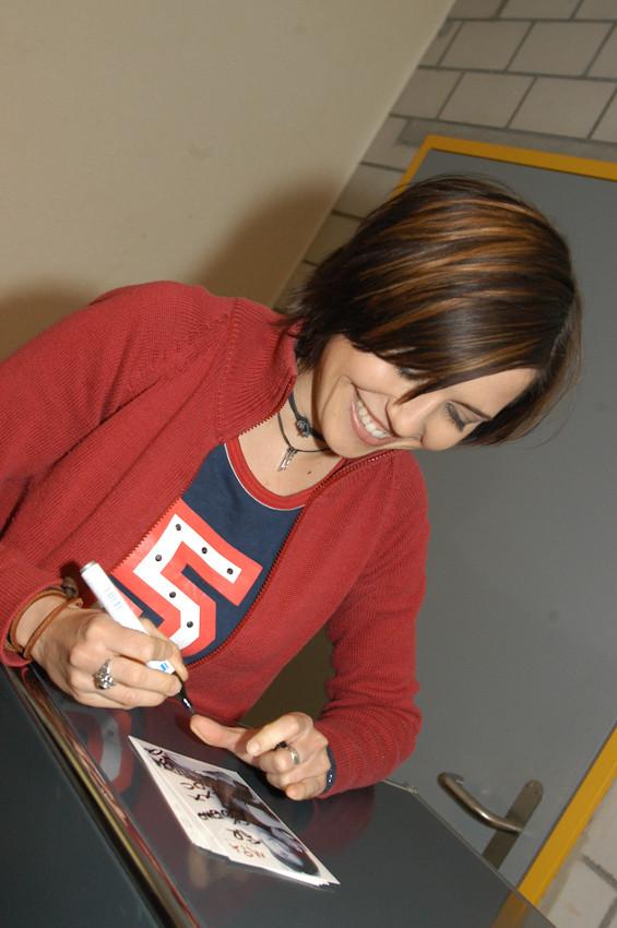 Mia Aegerter, Sängerin und Schauspielerin, beim Autogramm geben  - © Art of Moment, Carmen Weder, Fotografie, Bern, Schweiz