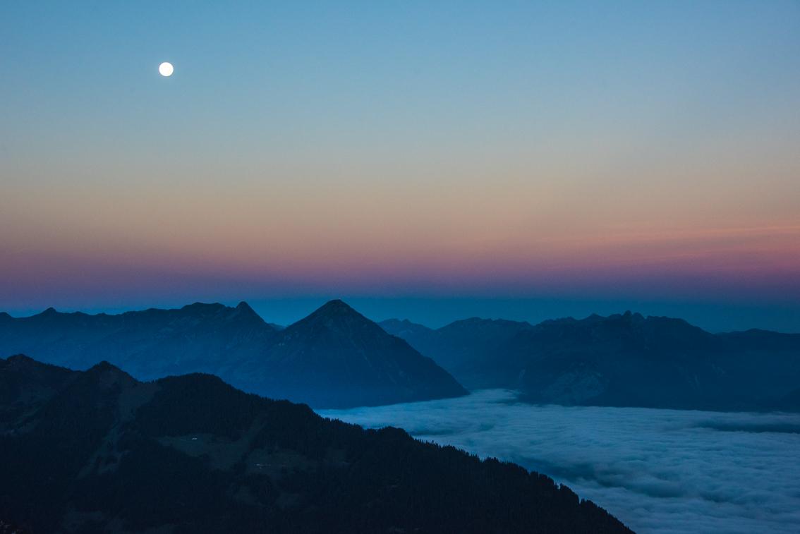 Sonnenaufgang mit Mond, Niesen mit Nebelmeer, Berner Oberland, © Carmen Weder