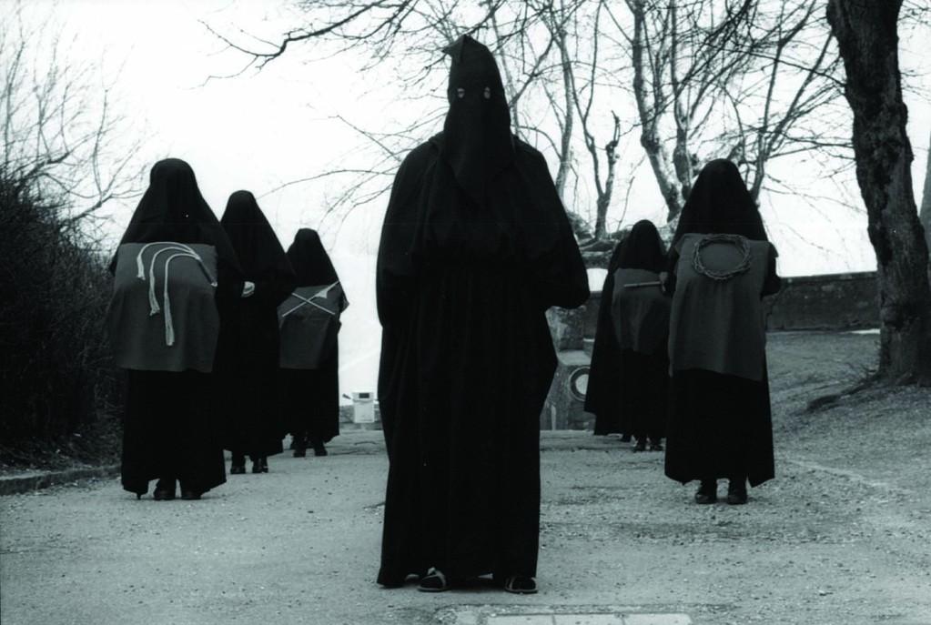 Les Pleureuses stellen sich vor der Prozession auf, ©Carmen Weder