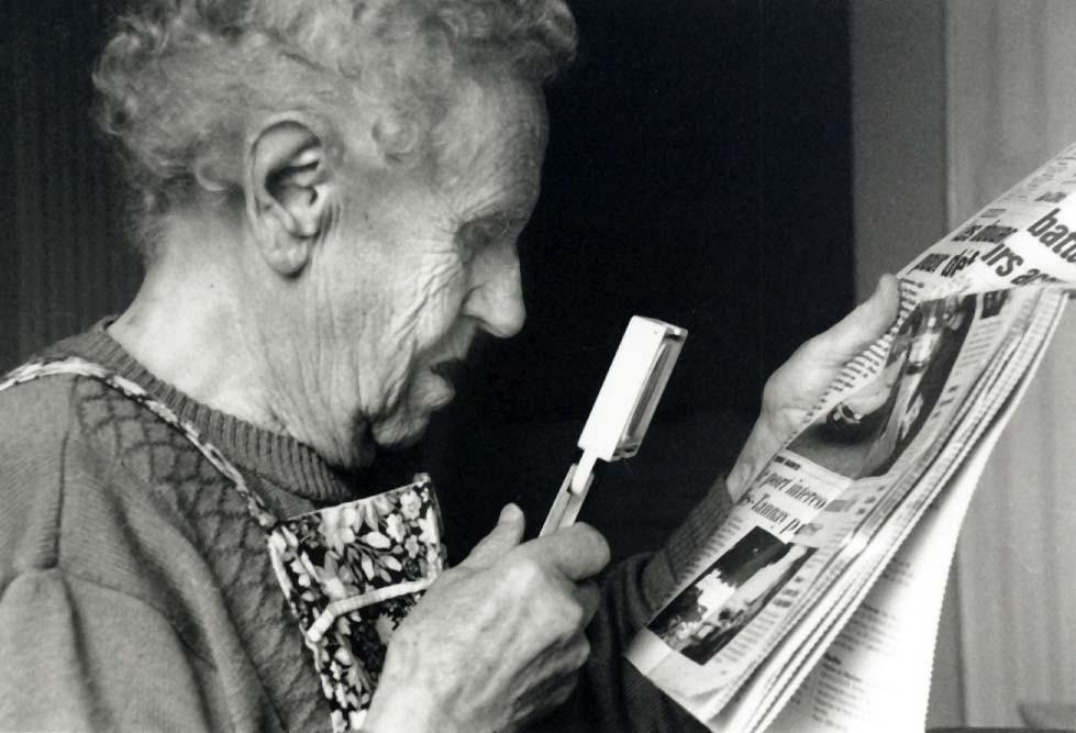 Die alte Dame kann dank der Vergrösserung noch die die Zeitung lesen.  - © Art of Moment, Carmen Weder, Fotografie, Bern, Schweiz