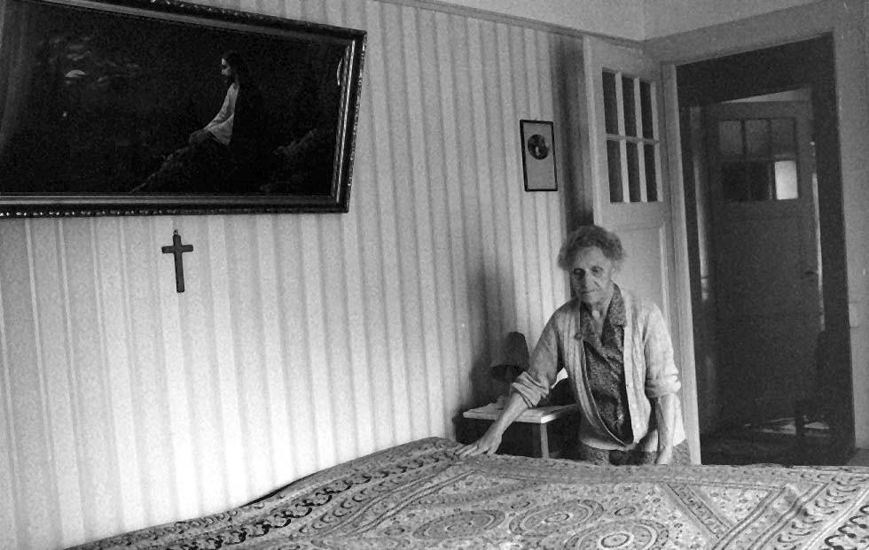 Die Grosmutter Rosa Weber,92 jährig, ist zu Hause beim Bett machen. Der Schlaf ist von Jesus beschützt.  - © Art of Moment, Carmen Weder, Fotografie, Bern, Schweiz