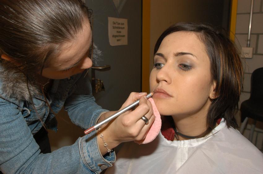 Mia Aegerter, Sängerin und Schauspielerin, beim Make-Up  - © Art of Moment, Carmen Weder, Fotografie, Bern, Schweiz