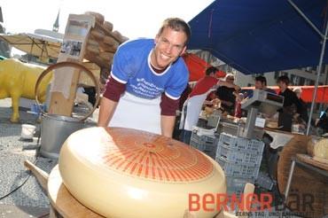 © Carmen Weder, Fotografie, Bern - Bernerbär - Jürg Wyss (Juni GmbH) hebt den 115 kg schweren Emmentalerkäse an.