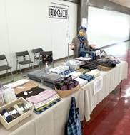 長机2台の展示台と商品