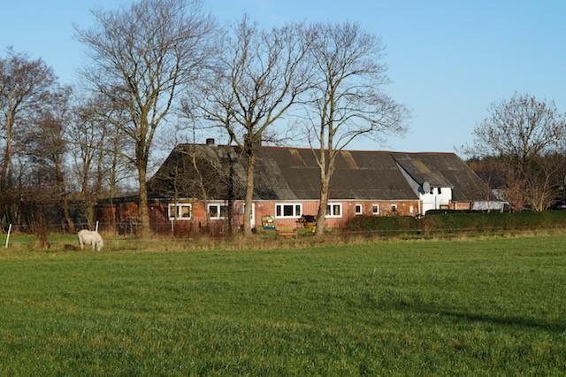 Hans Albert Christiansen gamle hedegård i Tætvang i december 2015. Til venstre ses den tilbyggede forsamlingsstue (sidste vindue til venstre), i hvilken der blev afholdt møder, gudstjenester og danskundervisning