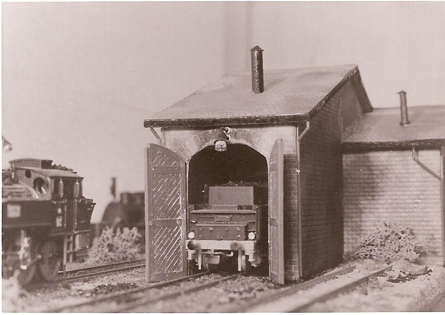 Für den Schuppen gab es im Werkunterricht eine glatte Eins. Im Hintergrund lugt meine erste Lokomotive hervor. Es ist eine T 3, geradezu das richtige Anfängermodell.