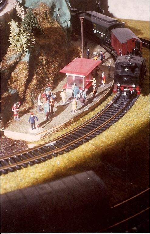 Das erste bekannte, aber spiegelverkehrte Eisenbahnbild eines 10jährigen. Beachtenswert ist der bereits beginnende Epochengedanke: Oltimerzug, Fahnenmast ( der dicke Nagel hinter dem Kiosk ). Die Aufsicht konnte mittels Pneumatik die Kelle heben.