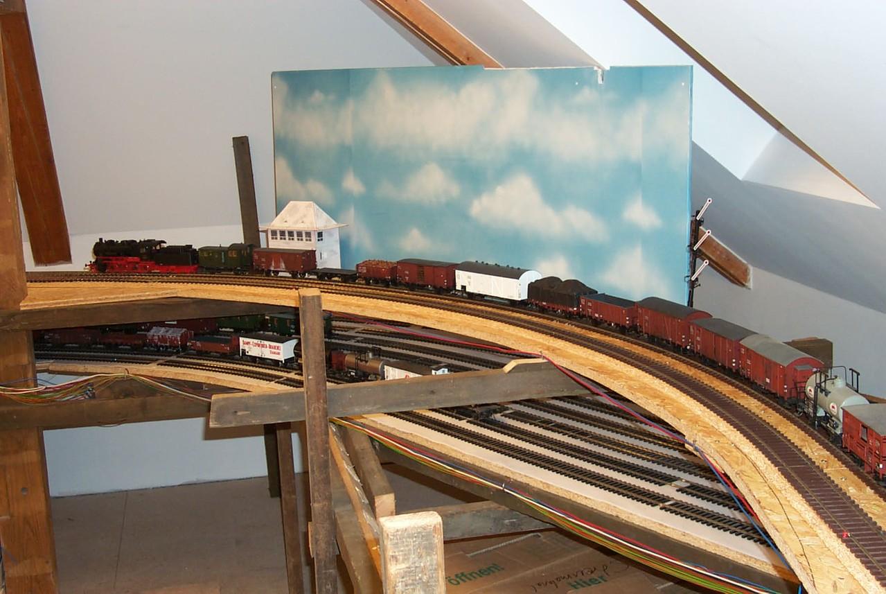"""Unten lugt der alte Schattenbahnhof """""""" Danzig """" hervor, oben die erste Stellprobe für das Esig und """" Sot """". 2006"""