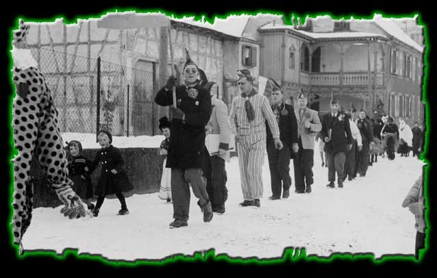 Umzug in Randegg 1955 - von links nach rechts: Martin Brütsch, Hermann Hirt, Josef Schwarz, Walter Frei, Karl Pfeiffer, Eugen Hirt, Ewald Müller (Kronenstraße, Gebäude rechts im Hintergrund: alte Post