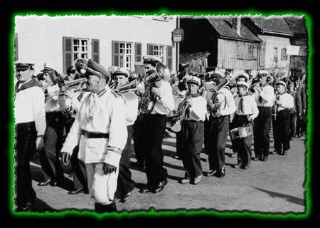 Musikverein Randegg beim Umzug in Gottmadingenvorne im Bild: Narrenpolizist Josef Pfrieger