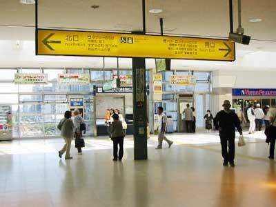 1.JR相模原駅の改札を出たところです。右へ曲がって南口へGO!