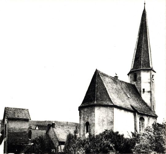Alte Wehrkirche, vorne links Spritzenhaus mit Steigerturm