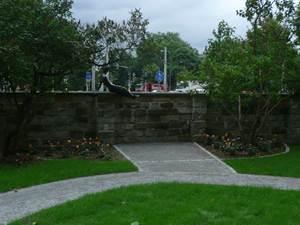 """vorher: Das bekannte Erich Kästner Denkmal """"kleiner Junge"""" ist nun auch  von der Parkseite  sichtbar und begehbar. Es ist ein sehr beliebtes Fotomotiv für die Besucher"""