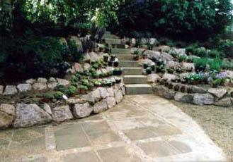 der neu entstandene Steingarten aus Meissner Roten Granit