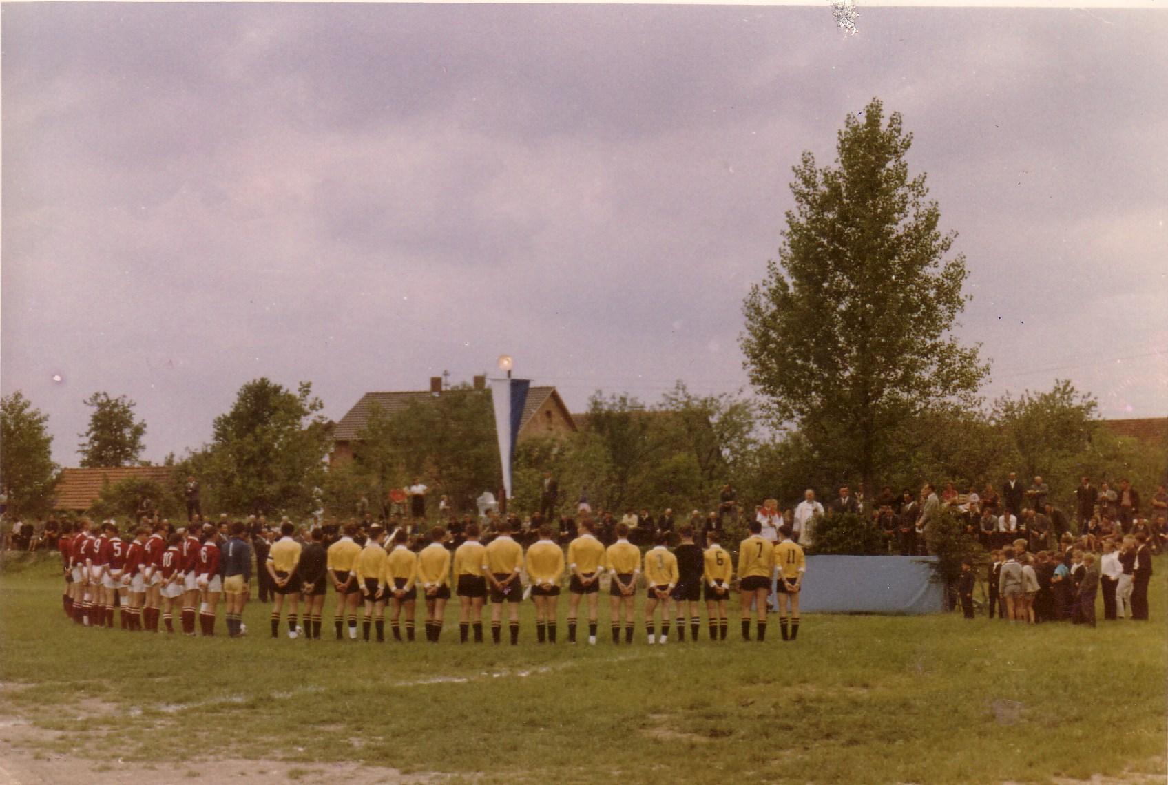 Einweihung des ersten Fußballplatzes