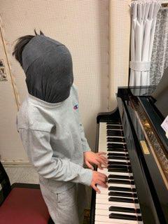 完全にレッスンに飽きた生徒さん(^.^)鍵盤を見ないで弾けるようにしましょう、と言ったらこうなりました笑