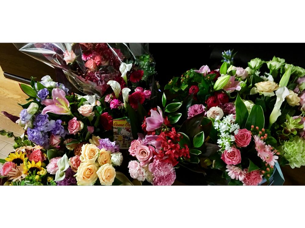 生徒さんから頂いたお花はまだまだ綺麗に咲いてくれています(^^)♪本当にきれいで癒されます❣️お気遣いありがとうございます