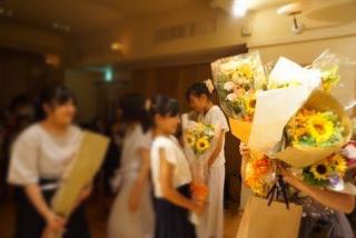 生徒の皆さんより、抱えきれないほどのたくさんのお花やお菓子を頂きました!いつもお気遣いありがとうございます♪