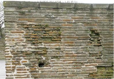 Freistehende antike Ziegelmauer