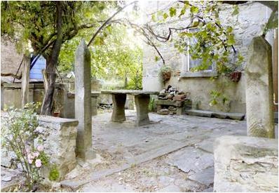 Terrasse und Eingang eines Hauses in der Toscana