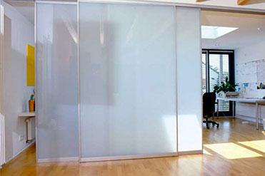 Raumteiler mit blickdichtem Glas