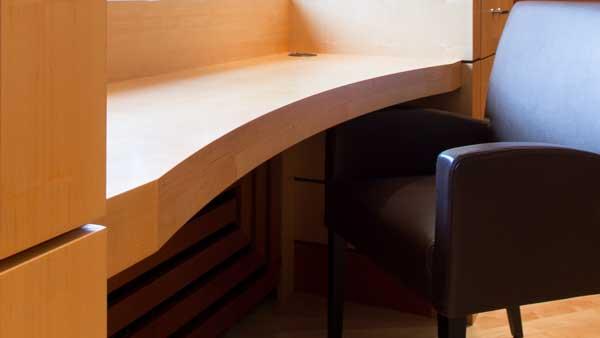 gebogene Schreibtischplatte