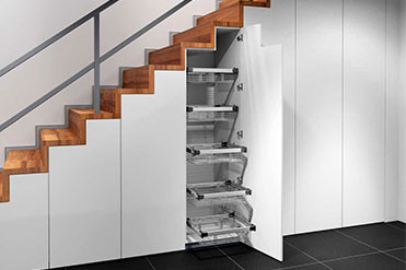Schrank unter einer Treppe, mit Auszügen und Garderobe