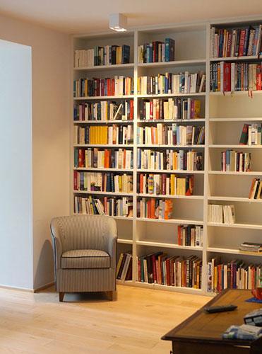 dieses Bücherregal bietet Platz für viele Bücher
