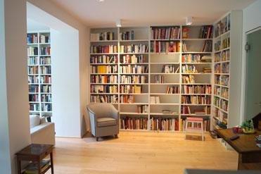 Das Bücherregal ist in Dekor Premiumweiß gefertigt