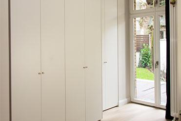 schlichte weiße Türfronten in einem schönen Altbau