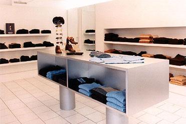 puristischer Ladenbau für eine Boutique